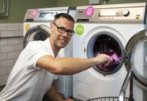 Miljötvättstuga på Nydala. Tvättar utan tvättmedel i kallt, avjonisetrat vatten. MKB:s Magnus Röman testtvättar i företagets nya miljötvättstuga. Foto: Gugge Zelander.